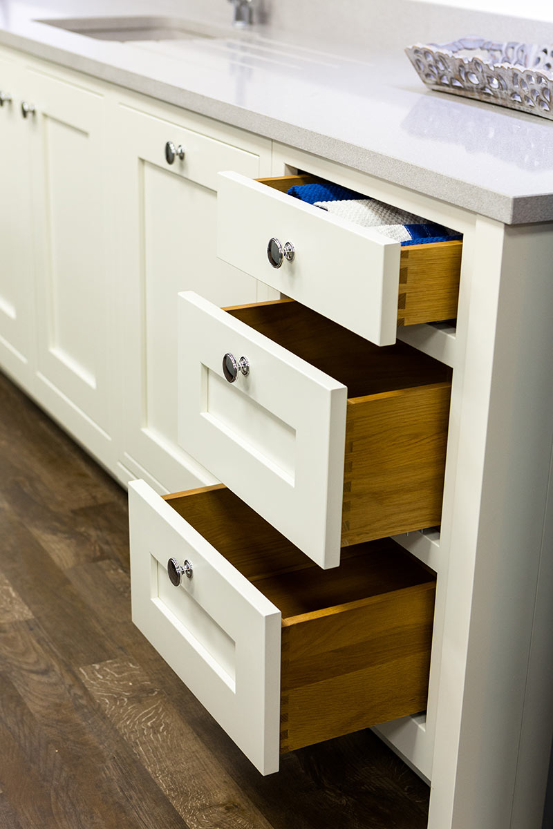 A SHAKER KITCHEN SHOWING TRADITIONAL DOVETAILED DRAWERS